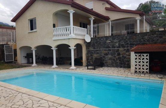 En vente une magnifique villa avec une immense piscine.