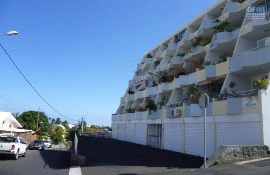 Location-Appartement-SAINT-GILLES-LES-BAINS-a-louer-studio-a-saint-gilles-les-bains-vue-mer-montagne-balcon-proche-plage-ofim