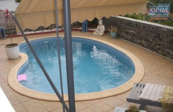 OFIM-location-villa-T4-spacieuse-jardin-piscine-terrasse-ouest-beau-cadre-verdoyant-garage-immobilier